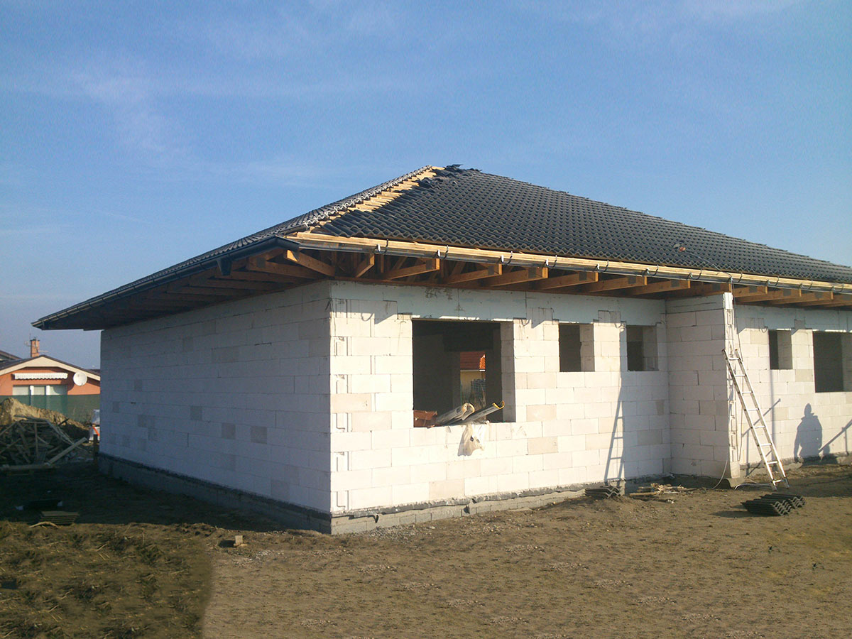 Construction of bungalow O120 - Laying roofing