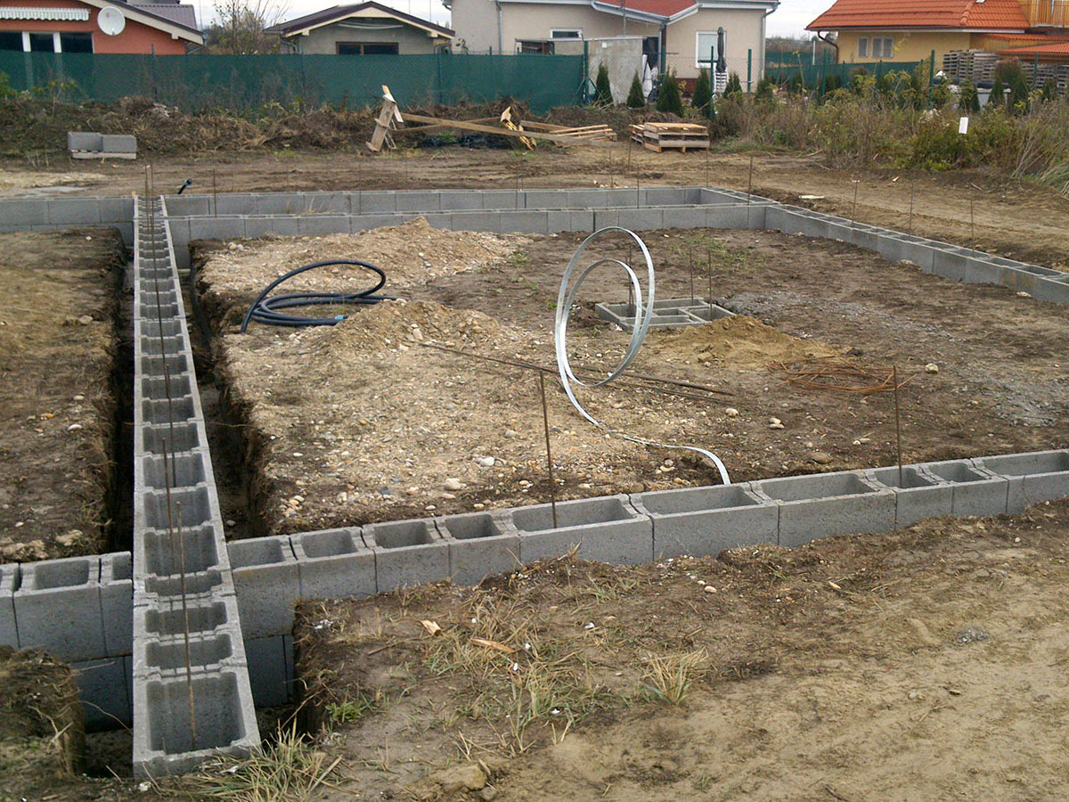 Construction of bungalow O120 - Finished foundation strips